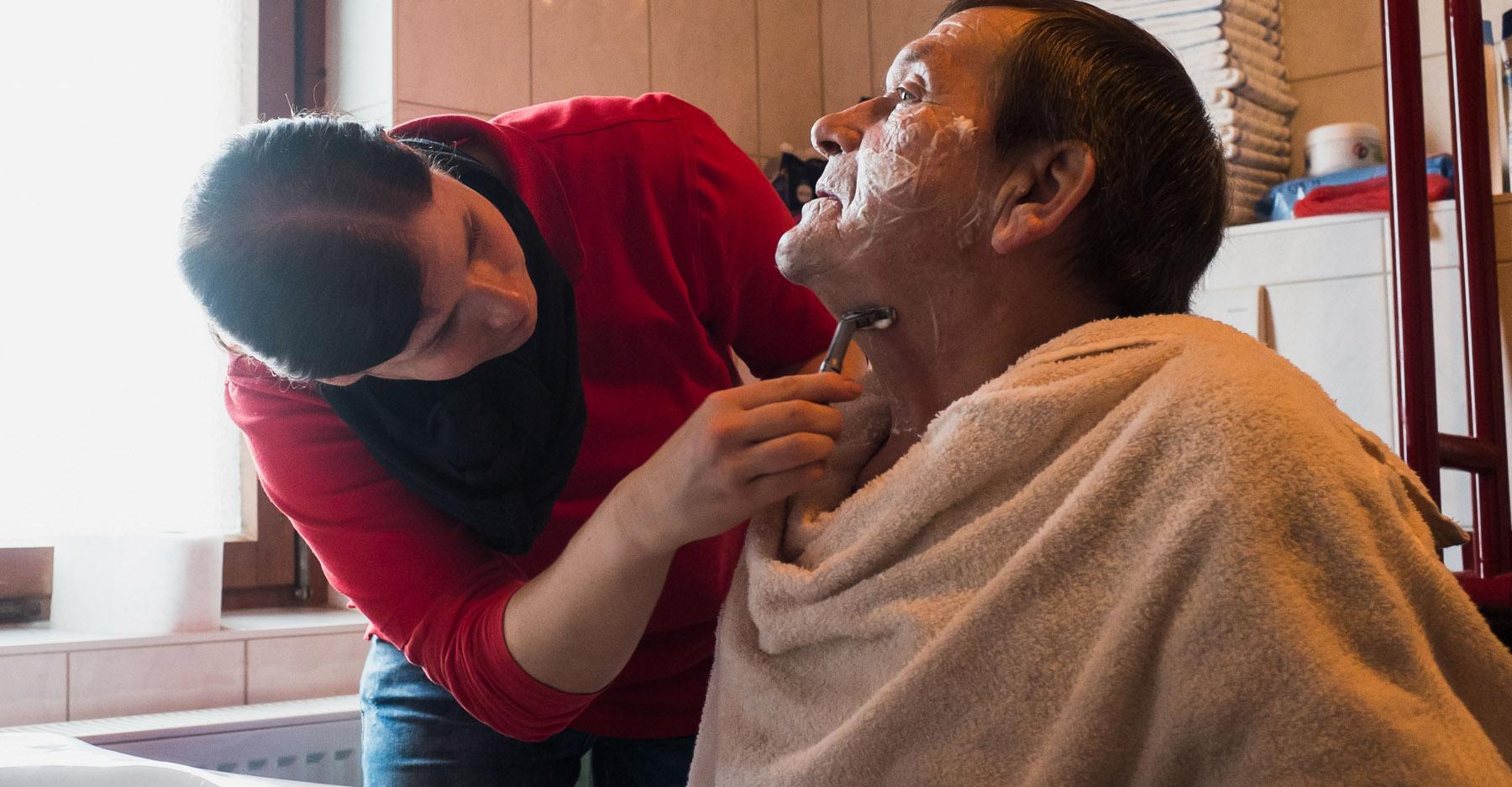 Hauskrankenpflege Dori Rasieren mit Patient